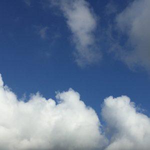 晴天の空に雲